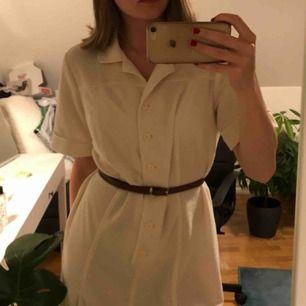 Vit stickad vintage klänning köpt på tise nyligen Säljer vidare för att jag inte gillar hur den sitter på mig Aldrig använd av mig, en liten fläck som var där när jag köpte den Typ one size, kan tänka mig att den passar de flesta