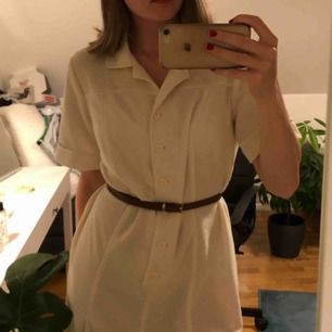 Vit stickad vintage klänning köpt på tise nyligen. Säljer vidare för att jag inte gillar hur den sitter på mig . Aldrig använd av mig, en liten fläck som var där när jag köpte den. Typ one size, kan tänka mig att den passar de flesta