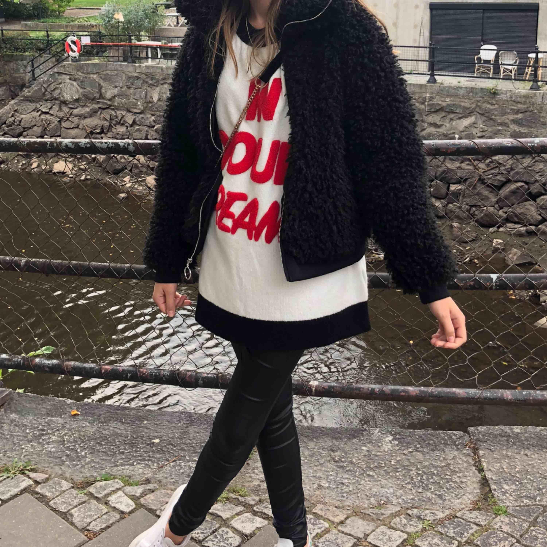 Oversized tröja från Gina tricot. Super mysig, stor och skön tröja. Långärmad och täcker rumpan på mig som är 174 cm! Tycker man inte om oversized så kan man lika gärna stoppa in den!. Stickat.