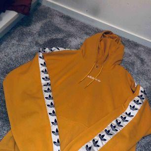 Adidas hoodie, finns små fläck (se bild) har inte testat att tvätta de så kanske går bort nen annars super fint skick, strl S men passar även XS, M beroende på hur man vill att den ska sitta, för mig som har S är den lite oversized ✨