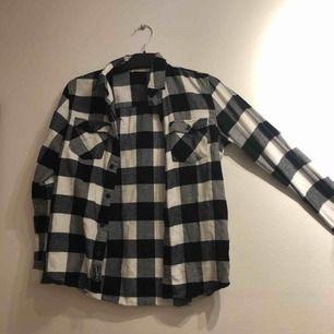Svart/vit rutig flanellskjorta  Passar även mig som har XS/s i kläder   Eventuell frakt tillkommer