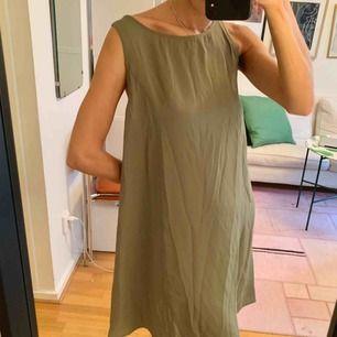 90s tunnare klänning från Weekday! Storlek S (34/36), inte använd mycket alls. Köparen står för frakt på 50 kr, men går att hämtas på Söder också.
