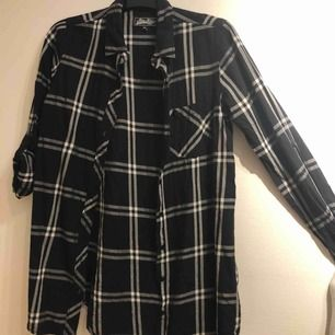 Svart/vit rutig lång flanellskjorta   Eventuell frakt tillkommer