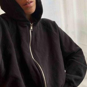 Svart gosig zip hoodie från Weekday. Lite oversized och croppad på mig (163 cm lång). Typ inte använd och jätte mjukt tyg! Storlek S (34/36). Köparen står för frakt på 50 kr men går att hämta på Söder också