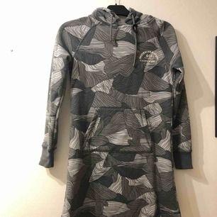 Lång hoodie klänning  Väldigt mjuk på insidan och även väldigt tjock så den är perfekt nu till vintern   Eventuell frakt tillkommer