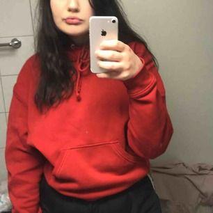 Röd hoodie från weekday storlek S men den är fett oversize
