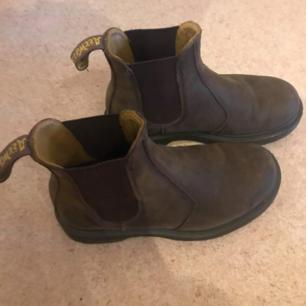 Jätte snygga bruna Doc. Martens Chelsea Boots. Storlek 36 men är lite större än vanliga storlekar tror jag. Har använt dem typ 3 ggr.