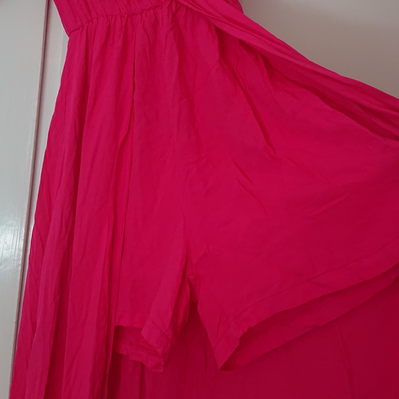 Oanvänd lång klänning med insydda shorts. Övrigt.