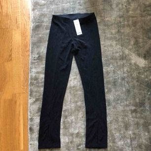 Nya byxor med lappar kvar. Glittriga svarta byxor från Gina Tricot strl XS. Frakt 36kr