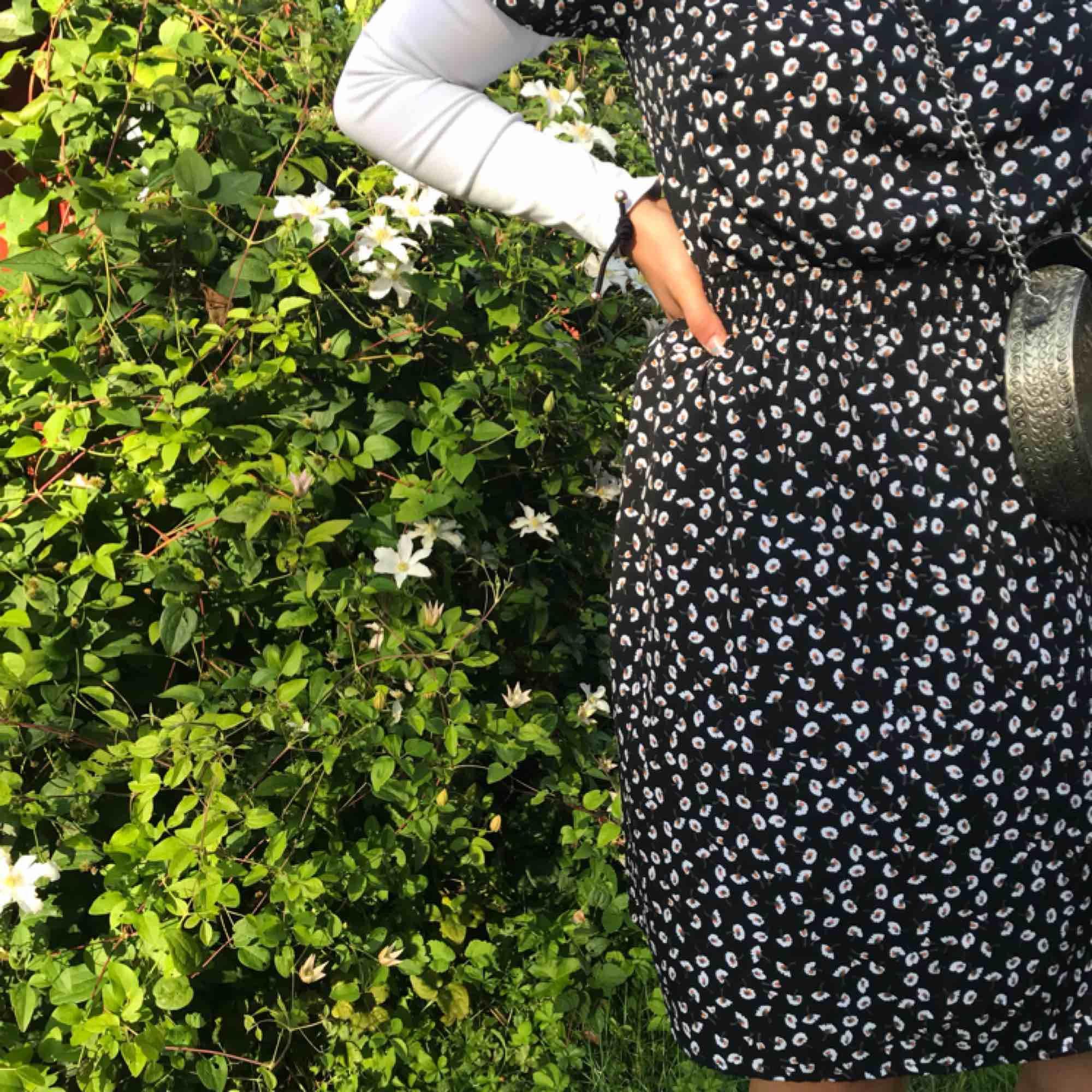 Klänning med smockad midja från asos använd 1 gång  Basic men går att pimpa upp!  Minns inte helt men köpte för runt 300-400 Frakt ingår i priset:). Klänningar.