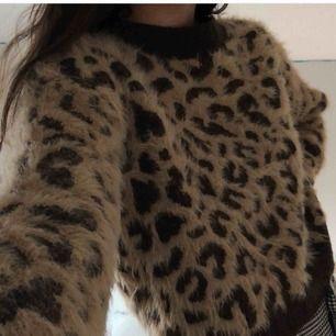 säljer denna slutsålda leopardmönstrade tröjan då den inte kommer till användning. perfekt nu till hösten! köparen står för frakt ⭐️
