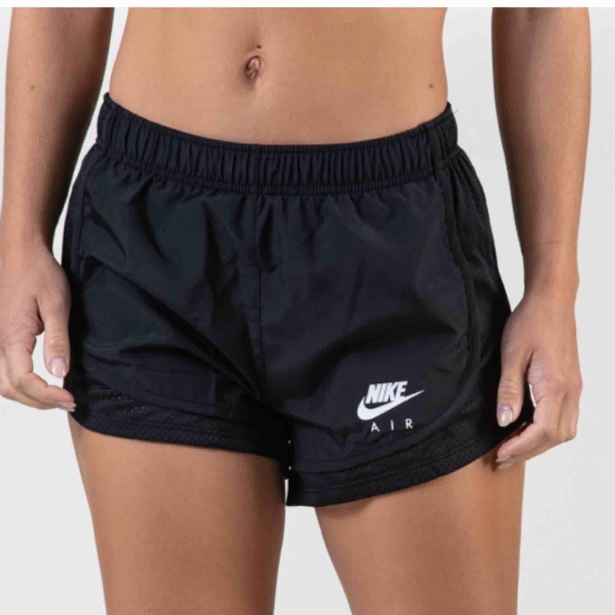 Nikeshorts (inte riktigt de på bilden, hittade nt exakt de jag har så skicka meddelande om di vill ha bild åå de🥰🥰). Shorts.