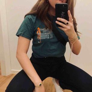 Cool t-shirt med nice tryck bak ock fram, storlek Xs men är själv storlek S/ mer mot M