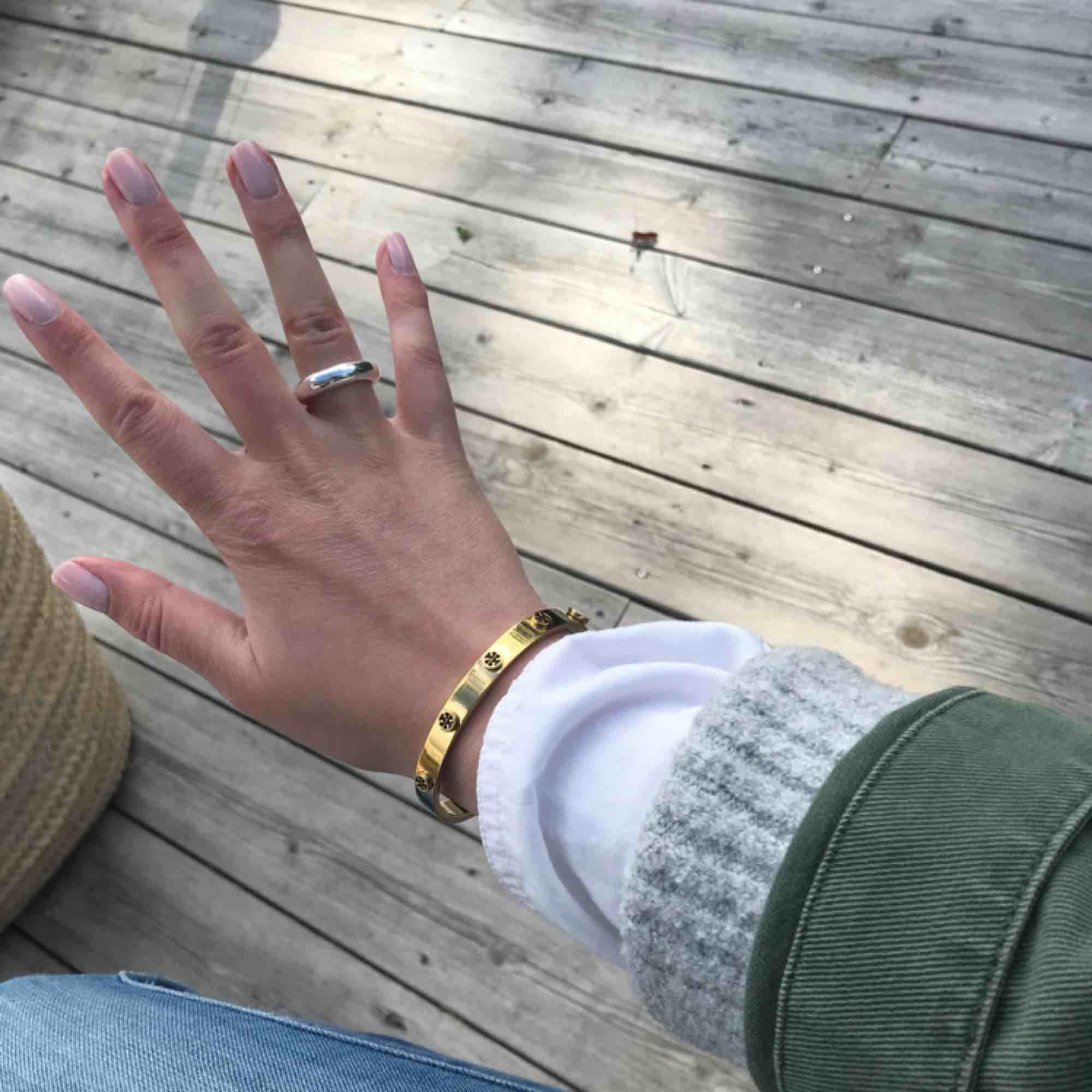 Guldplätterat armband från Tory Burch, köpt på NK i Göteborg. Armbandet är nickelsäkert. Frakt ingår i priset och dust bag medföljer.. Accessoarer.