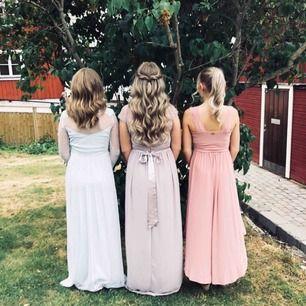 Superfin balklänning från Nelly! Den är i en ljus lila/grå färg. Köptes för 1300kr och säljer för 600, men priset kan diskuteras vid snabb affär! 🤪