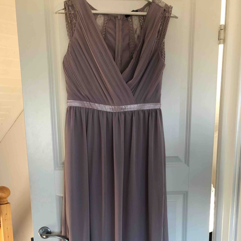 Superfin balklänning från Nelly! Den är i en ljus lila/grå färg. Köptes för 1300kr och säljer för 600, men priset kan diskuteras vid snabb affär! 🤪 . Klänningar.