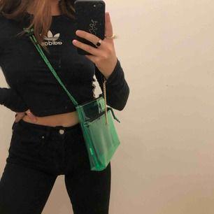 Cool genomskinlig grön väska, aldrig använd, köpt för ca 350kr, frakt ingår❗️ Obs, sista bilden är det fickan som förgat av sig i solen, men inget man ser om man inte lyfter på fickan, jag märkte detta häromdagen så har aldrig tänkt på det!