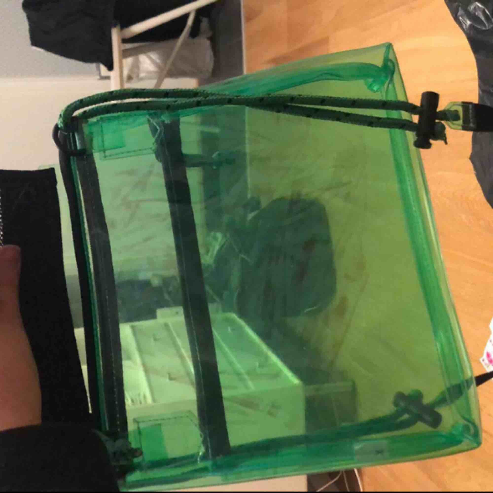 Cool genomskinlig grön väska, aldrig använd, köpt för ca 350kr, frakt ingår❗️ Obs, sista bilden är det fickan som förgat av sig i solen, men inget man ser om man inte lyfter på fickan, jag märkte detta häromdagen så har aldrig tänkt på det! . Accessoarer.