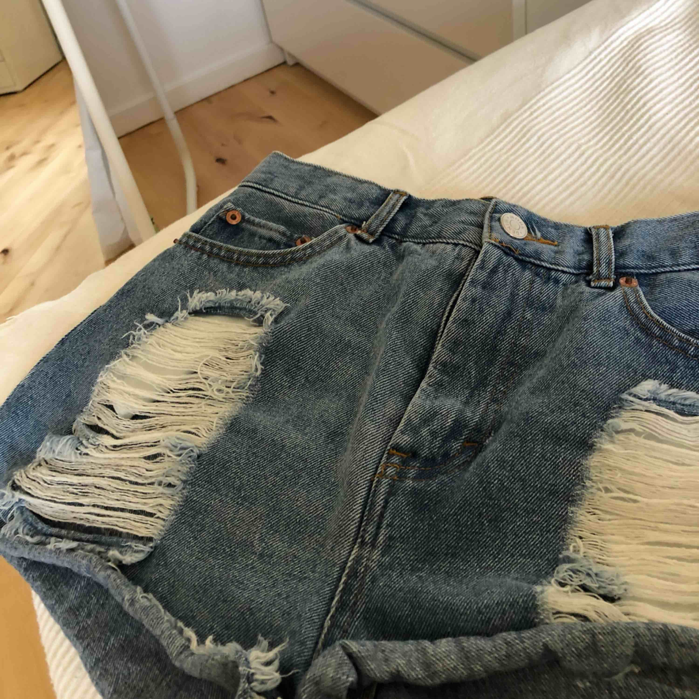 🎈GALET snygga högmidjade jeansshorts från Monki. Slitningar på båda sidorna. I princip oanvända. Säljer pga. för små. Ordinarie pris 500kr. Frakt tillkommer! Tar även swish.🎈. Shorts.