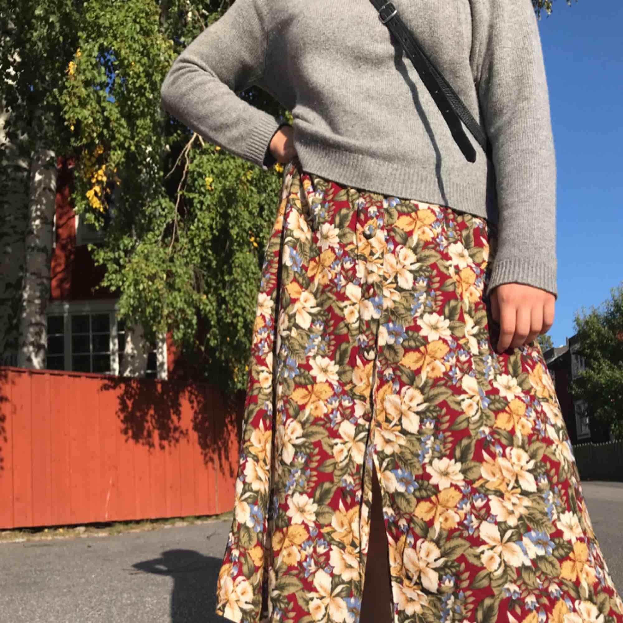 Cool klänning köpt på second hand! Jag brukar använda den som om det vore en kjol men den funkar att styla hur som helst:)  + 20kr för frakt . Klänningar.
