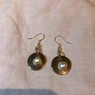 Handgjorda örhängen i silver med pärlor! Nickelfria. Frakt tillkommer på 9kr (irregular freshwater pearls)