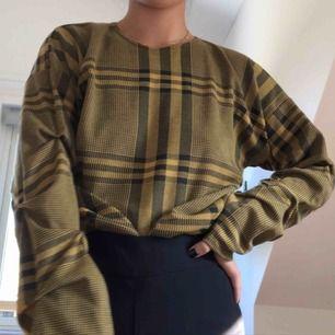 Helt ny tröja från Nelly (NLY Trend). Den är endast testad och säljer på grund av att den ej kommer till användning. Tröjan har väldigt fina detaljer på ärmen!  Köptes för 249kr