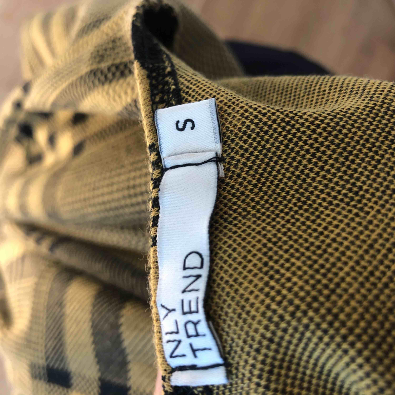 Helt ny tröja från Nelly (NLY Trend). Den är endast testad och säljer på grund av att den ej kommer till användning. Tröjan har väldigt fina detaljer på ärmen!  Köptes för 249kr. Toppar.