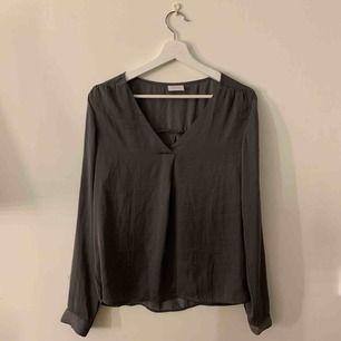 En stilren och snygg tröja / blus ifrån Vila. Har legat i garderoben i 2 år nu och har knappt använts! Köparen står för halva frakten :)
