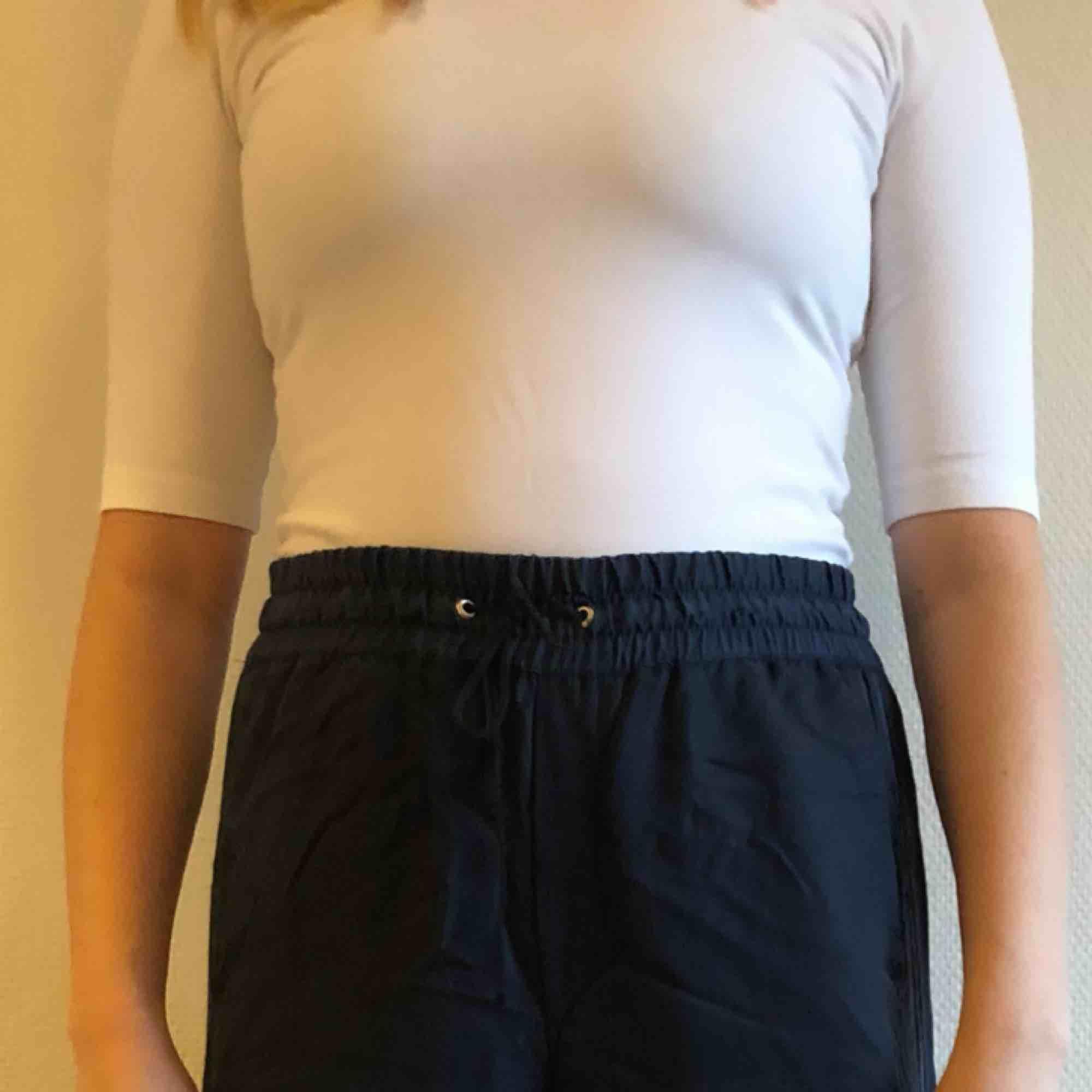 Stretchig trekvartsärmad t-shirt, vit. Jättefint skick! Snarare storlek small. Pris inkl frakt! . T-shirts.
