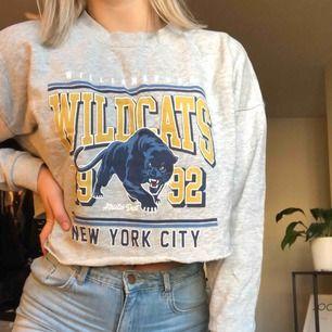 En college-tröja från Gina-tricot som jag själv klippt av till en crop-top. Strl L, men är som en M! Köparen står för frakten 😁