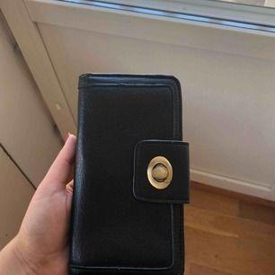 Stor plånbok från Lindex, använd ett fåtal gånger. Pris: 80kr inkl frakt