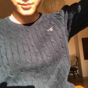 Marinblå gant flätatickad tröja, köpt för ca 1000 , använder ej länge pga ej min stil, bra skick