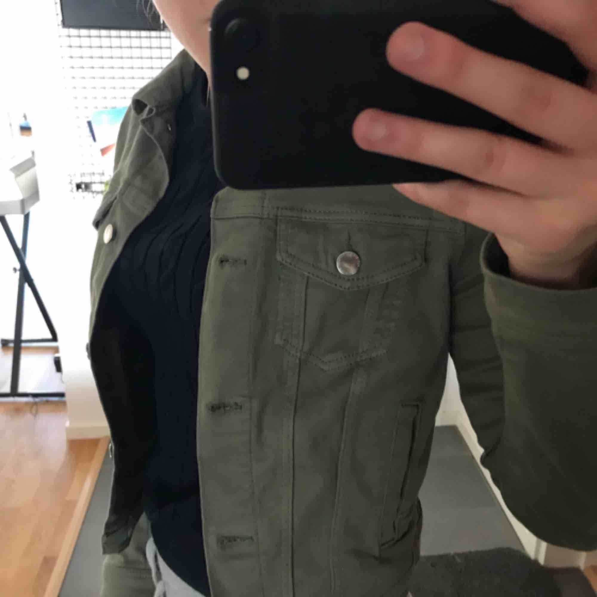 Militär grön jeans jacka, Köpt för 250, använd ca 2 gånger, som ny. Jackor.