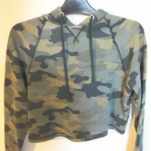 Midjekort hoodie från H&M. Storlek S. Aldrig använd. Priset är exklusive frakt.