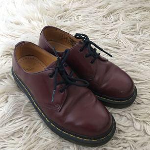 Låga klassiska Dr Martens-skor i mörkröd färg. Väl omhändertagna med skokräm, bytt skosnören samt sparsamt använda. Ska flytta till mindre så måste sälja av lite. Möts upp i Sthlm eller skickas mot fraktkostnad på 90kr.
