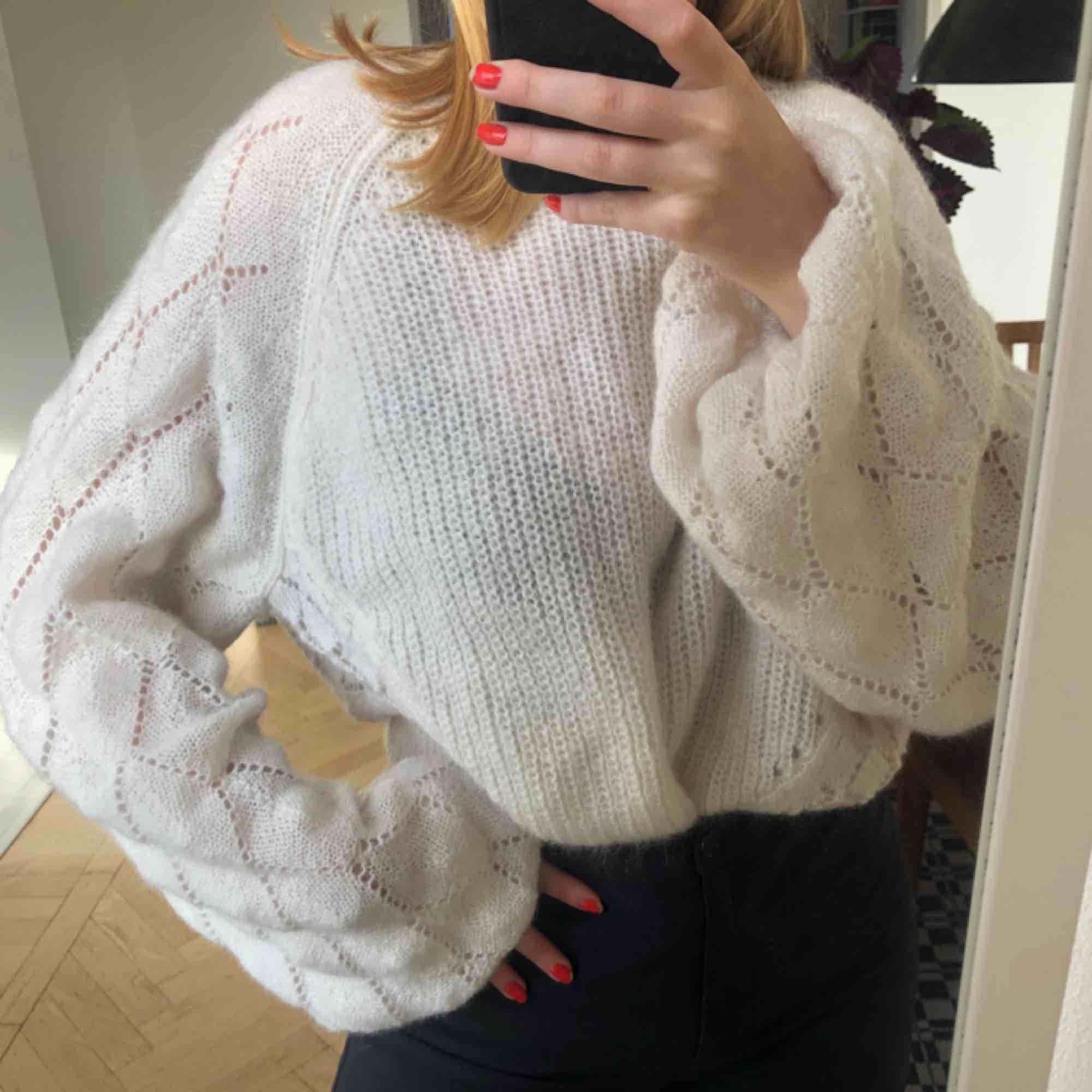 En vit, jättemysig stickad tröja från Weekday. Aldrig använd🥰 möts upp i Malmö annars betalar köparen frakten!. Stickat.