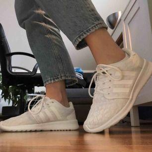 Vita Adidas soundcloud i 40. Små i storlek, passar mig som är 38-39. Använda fåtal gånger, nästan som nya Jättesköna och lätta skor med formbar sula (ej hunnit bli formade eftersom jag inte använt dem)