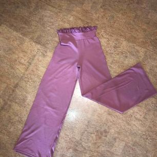 Högmidjade byxor från Gina tricot, aldrig använda, lappen sitter kvar! Kan mötas upp i Malmö men även frakta. Köparen står för frakten:)