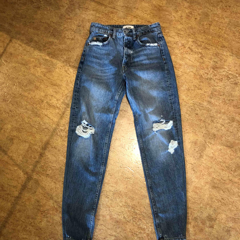 Jeans från zara, uppsydda/insydda i benen, storlek 32 använda fåtal gånger! Kan mötas upp i Malmö men även frakta. Köparen står för frakten:). Jeans & Byxor.