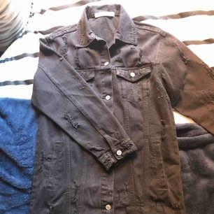 En lång svart jeansjacka från JFR💥 Ska se sliten ut  Aldrig använd Stlr: M Nypris: 499kr Pris: 250kr