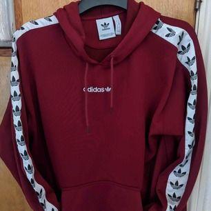 Adidas tnt tape hoodie köpt på size.se den har legat i min garderob bara kanske använd 2/4 gånger. Om ni googlar på den så är den slutsåld överallt och därav priset. Frakten ingår i priset. Priset kan diskuteras