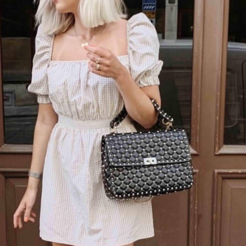 Säljer en fin klänning från chiquelle. Storlek S. Klänningar.