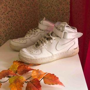 Nike Air force höga i fint skick! Sparsamt använda och även tvättade men man kan säkert få dom att se ännu nyare ut! Köparen står för frakt 😁👍