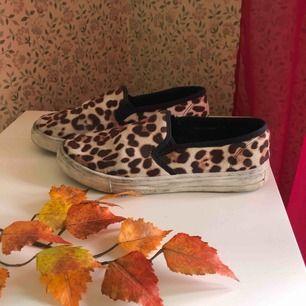 Slip-on:s i leopard mönster!! Går säkert att fixa till dom lite då dom är använda så därav det billiga priset!