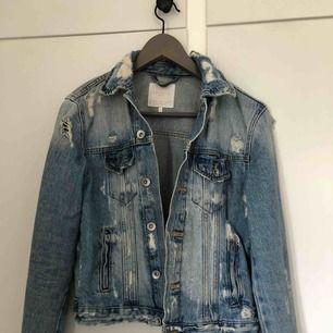Sparsamt använd jeansjacka från Zara med mycket slitningar! Så himla snygg till en hoddie!! Köparen står för frakt!