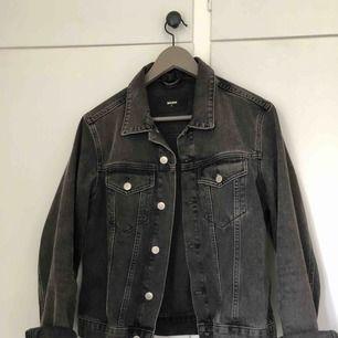 Knappt använd jeansjacka i grå färg! Verkligen skit snygg men jag använder den aldrig :( köparen står för frakt 🥰