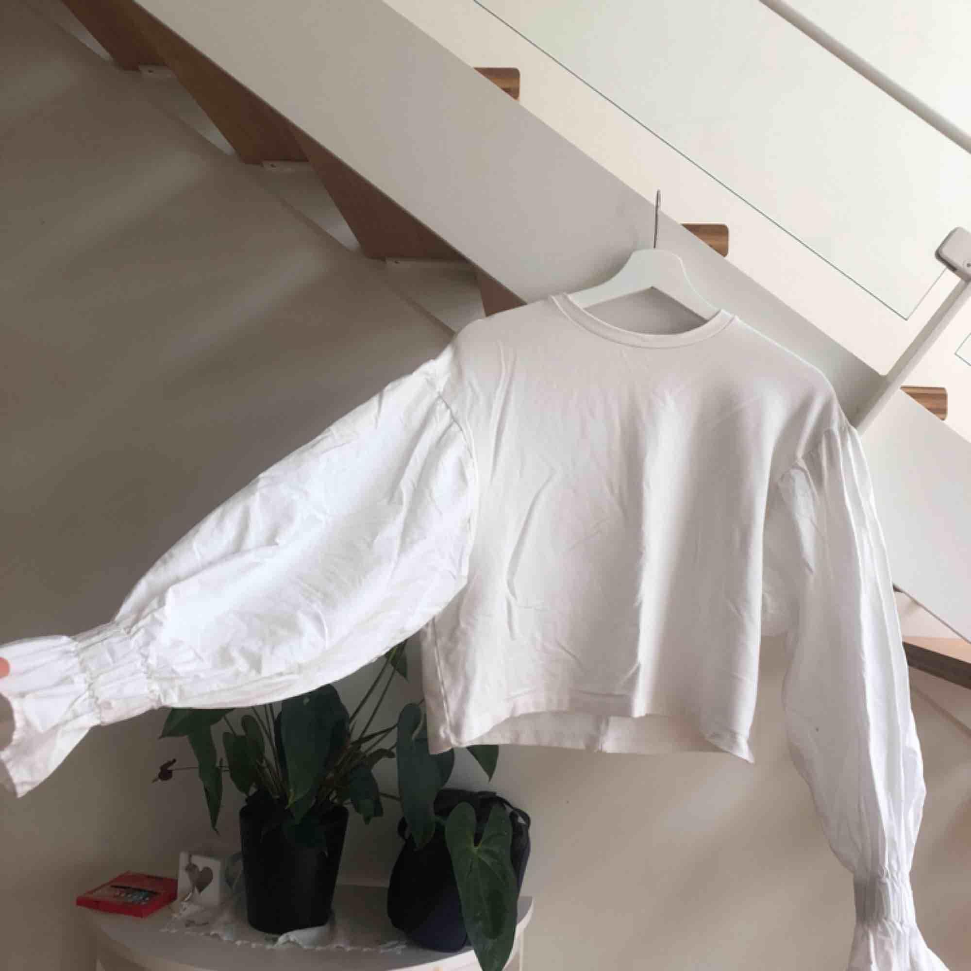 oanvänd tröja med puffiga armar! riktigt snygg under jackor när det sticker ut vid händerna. Tröjor & Koftor.