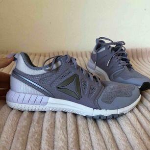 Splitternya Reebok sneakers/löparskor i strl 39
