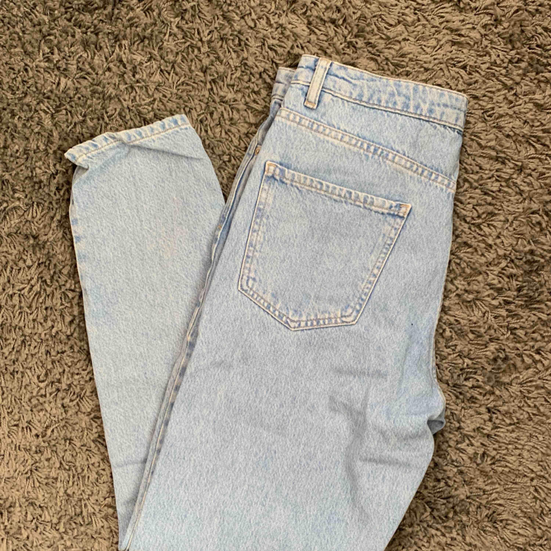 Oanvända momjeans från GinaTricot. Storlek 38 men skulle säga att dem passar bättre på en 36:a! Frakt tillkommer. . Jeans & Byxor.