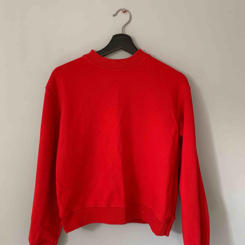 Röd sweatshirt från NA-KD. Bara använd 1 gång. Frakt tillkommer.. Tröjor & Koftor.